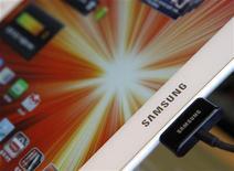 Планшет Galaxy Tab от Samsung Electronics в магазине в Сеуле, 27 августа 2012 года. Американский суд снял временный запрет на продажи планшетов Galaxy Tab 10.1 от Samsung Electronics Co Ltd, которого летом смогла добиться Apple Inc в ходе очередной патентной схватки. REUTERS/Lee Jae-Won