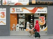 <p>Hutchison 3G, candidat au rachat d'Orange Autriche pour 1,3 milliard d'euros, a proposé en août d'ouvrir son réseau à ses concurrents afin d'obtenir le feu vert de la Commission européenne, mais cette concession a été jugée insuffisante mardi par le commissaire européen à la Concurrence Joaquin Almunia. /Photo prise le 3 février 2012/REUTERS/Heinz-Peter Bader</p>