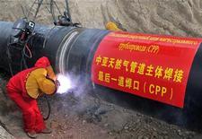 Рабочие сваривают шов магистрального нефтепровода Казахстан-Китай на отрезке под Алма-Атой 10 июля 2009 года. Казахстан назвал приоритетными для экспорта нефти рынки Китая и Евросоюза и не торопится наращивать поставки по трубопроводу через своего ключевого партнера на постсоветском пространстве Россию, сказал министр нефти и газа крупнейшей экономики Центральной Азии. REUTERS/Pavel Mikheyev