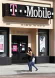 <p>T-Mobile USA, filiale américaine de Deutsche Telekom et MetroPCS sont en discussions avancées sur un possible rapprochement, selon deux sources proches du dossier. /Photo d'archives/REUTERS/Fred Prouser</p>