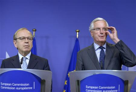 Bank of Finland Governor Erkki Liikanen (L), who led the group of academics and experts set up by the European Commission and Michel Barnier, the European Commissioner in charge of regulation hold a joint news conference in Brussels October 2, 2012. REUTERS/Eric Vidal