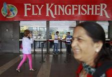 Passengers stand at a Kingfisher Airlines reservation office at the domestic airport in Mumbai October 1, 2012. REUTERS/Danish Siddiqui
