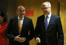 Spanish Economy Minister Luis de Guindos (L) and European Economic and Monetary Affairs Commissioner Olli Rehn arrive for a news conference in Madrid October 1, 2012. REUTERS/Susana Vera