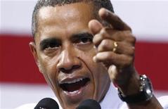 Президент США Барак Обама жестикулирует во время речи в Университете Ричмонда, 9 сентября 2011 года. Президент США Барак Обама к концу первого срока на посту главы государства столкнулся с жесткой конкуренцией со стороны кандидата от республиканцев Митта Ромни, угрожающего его переизбранию на выборах 6 ноября. REUTERS/Kevin Lamarque