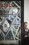 Валютный меняла сидит в своей лавке в торговом центре на севере Ирана 3 октября 2010 года. Полицейские в столице Ирана среду применили слезоточивый газ для разгона валютных дилеров и других протестующих против обвала курса риала, растерявшего за неделю треть стоимости к доллару США. REUTERS/Morteza Nikoubazl