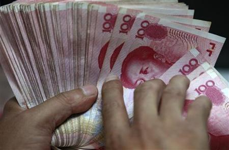 An employee counts Chinese 100 yuan banknotes at a branch of Industrial and Commercial Bank of China in Huaibei, Anhui province, July 6, 2012. REUTERS/Stringer