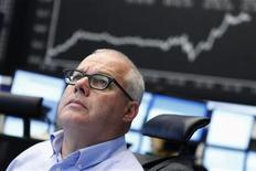 Трейдер смотрит на информационное табло на бирже во Франкфурте-на-Майне, 6 сентября 2012 года. Европейские рынки акций открылись ростом вслед за рынками США и Азии, так как инвесторы надеются получить новости об Испании во время пресс-конференции Европейского Центробанка.REUTERS/Alex Domanski