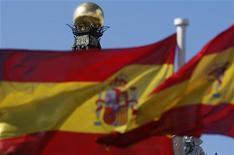 Испанские флаги развеваются на ветру перед зданием Банка Испании в Мадриде, 24 сентября 2012 года. Испания в четверг с легкостью продала облигации трех видов на сумму чуть менее 4 миллиардов евро ($5,16 миллиарда), при этом доходность двух видов снизилась в надежде на то, что страна вскоре обратится за европейской помощью. REUTERS/Sergio Perez