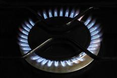 Газовая конфорка горит на кухне в доме в Мервиль-Франсвиль (Франция), 28 декабря 2011 года. Европейские энергетические компании успешно борются за отмену привязки цены газа к цене нефти, но их стремление к рыночному ценообразованию может навредить потребителям и стабильности поставок, предупреждают аналитики. REUTERS/Charles Platiau