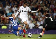 Kaka (C), do Real Madrid, é desafiado por Carlos Marchena (E), do Deportivo Coruna e o goleiro Daniel Aranzubia durante a partida da primeira divisão espanhola em Madri. 30/09/2012 REUTERS/Sergio Perez