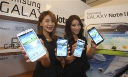 Models pose with Samsung Electronics' new Galaxy Note 2 in Seoul in this September 26, 2012 file photo. REUTERS/Lee Jae-Won/Files