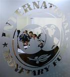Логотип МВФ, сфотографированный во время пресс-конференции в Бухаресте, 25 марта 2009 года. Международный валютный фонд снизит прогноз мирового экономического роста до 3,3 процента в 2012 году и 3,6 процента в 2013 году с прежних оценок в 3,4 и 3,9 процента соответственно, сообщила в пятницу немецкая газета. REUTERS/Bogdan Cristel