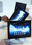 Мужчина разворачивает плантшет Sony Xperia на выставке электроники в Берлине, 31 августа 2012 года. Sony Corp сообщила, что приостановит продажи планшетов Xperia спустя месяц после их выпуска после обнаружения щелей между экраном и корпусом, из-за которых некоторые устройства становятся водопроницаемыми. REUTERS/Thomas Peter