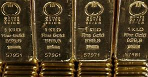 Слитки золота на фабрике в швейцарском городе Мендризио, 13 ноября 2008 года. Цены на золото достигли максимальной отметки за 11 месяцев после сообщения Европейского центробанка о готовности покупать облигации проблемных стран еврозоны. REUTERS/Arnd Wiegmann