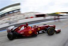 La escudería Ferrari planea cerrar y recalibrar su envejecido túnel del viento de Fórmula Uno tras culparle de una serie de mejoras fallidas durante esta temporada. En la imagen, el Ferrari de Alonso, durante los entrenamientos del Gran Premio de Japón el 5 de ctubre. REUTERS/Kim Kyung-Hoon