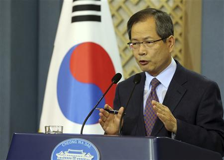 Chun Young-woo, top secretary to South Korean President Lee Myung-bak for foreign and security affairs, speaks to reporters at the presidential Blue House compound in Seoul October, 7, 2012. REUTERS/Do Gwang-hwan/Yonhap