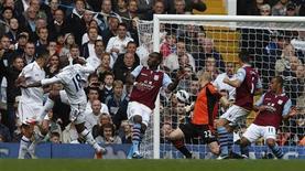 Jermain Defoe (2o E), do Tottenham Hotspur, observa a bola entrar no gol após chutar contra o Aston Villa durante o Campeonato Inglês, em Londres. 07/10/2012 REUTERS/Eddie Keogh