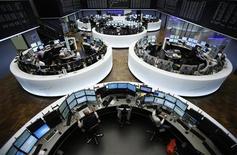 Трейдеры работают в торговом зале Франкфуртской фондовой биржи, 6 сентября 2012 года. Европейские рынки акций открылись снижением. REUTERS/Alex Domanski