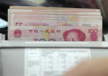 Банкноты по 100 юаней, сфотографированные в отделении Банка Китая в округе Хэфэй, 15 сентября 2010 года. Всемирный банк сократил прогноз экономического роста для Восточной Азии и Тихоокеанского региона, отметив, что спад в Китае углубится и продлится дольше, чем прогнозируют аналитики. REUTERS/Stringer