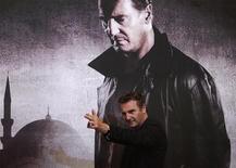 """Актер Лиам Нисон позирует перед фотокамерами перед пресс-конференцией, посвященной выходу на экраны фильма """"Заложница 2"""", в Сеуле, 17 сентября 2012 года. Триллер """"Заложница 2"""" с Лиамом Нисоном заработал в свой первый прокатный уикенд $50 миллионов в США и Канаде и со значительным отрывом от своих конкурентов возглавил североамериканский бокс-офис. REUTERS/Kim Hong-Ji"""