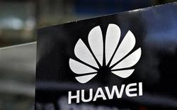 Логотип компании Huawei на выставке CommunicAsia в Сингапуре 19 июня 2012 года. Крупнейшие китайские производители телекоммуникационного оборудования должны покинуть американский рынок, так как потенциальное влияние китайских властей представляет угрозу для безопасности США, говорится в проекте доклада комитета по разведке Палаты представителей США. REUTERS/Tim Chong