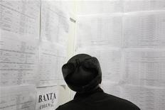 Мужчина изучает объявления с предложением о работе на ярмарке вакансий в Ставрополе, 15 декабря 2011 года. Всемирный банк указал на отсутствие долгосрочных стимулов для ускорения роста экономики РФ, советуя четко следовать ориентиру сокращения ненефтяного дефицита бюджета, повышать гибкость курса рубля и производительность труда, говорится в очередном докладе Всемирного банка. REUTERS/Eduard Korniyenko