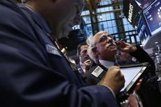 Трейдеры на Нью-Йоркской фондовой бирже, 5 октября 2012 года. Американские рынки акций открылись снижением в понедельник. REUTERS/Mike Segar