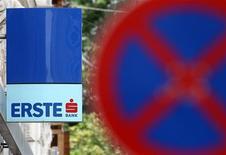 Вывеска с логотипом австрийского банка Erste Group Bank на стене здания в Вене за дорожным знаком, 6 июня 2012 года. Австрийская группа Erste думает об уходе с украинского рынка, шестилетняя деятельность на котором не оправдала ожидания, сказала пресс-секретарь украинского банка Елена Павловская. REUTERS/Heinz-Peter Bader