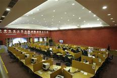 Трейдеры работают в торговом зале Московской фондовой биржи, 16 октября 2008 года. Российские фондовые индексы слегка отскочили в начале торгов вторника на фоне приподнявшихся нефтяных котировок и фьючерсов на американские индексы. REUTERS/Denis Sinyakov