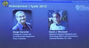 Лауреаты Нобелевской премии по физике 2012 года Серж Арош (слева) и Дэвид Уинланд показаны на экране во время пресс-конференции в Королевской шведской академии наук в Стокгольме, 9 октября 2012 года. Нобелевскую премию по физике 2012 года получили американец Дэвид Уинланд и француз Серж Арош за достижения в области квантовой физики. REUTERS/Bertil Enevag Ericson/Scanpix