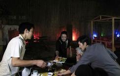 """Former drug addicts serve food for customers at the Taj Begum (""""Woman's Crown"""") restaurant in Kabul October 4, 2012. REUTERS/Mohammad Ismail"""