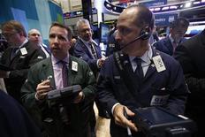 Трейдер на торгах Нью-Йоркской фондовой биржи 5 октября 2012 года. Американские рынки акций открылись снижением. REUTERS/Mike Segar