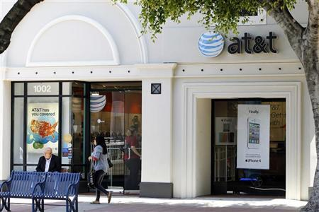 The white Apple iPhone 4 and iPad 2 are advertised in the window of an AT&T cellular store in Los Angeles August 31, 2011. REUTERS/Danny Moloshok