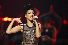 Cantora norte-americana Rihanna é vista em setembro deste ano durante apresentação do Festival iHeart Radio Music 2012, em Las Vegas. A estrela do R&B Rihanna e a rapper Nicki Minaj lideraram as indicações para o American Music Awards, com quatro cada uma, e desbancaram as sensações do pop Justin Bieber e One Direction, de acordo com anúncio dos concorrentes, nesta terça-feira. 21/09/2012 REUTERS/Steve Marcus