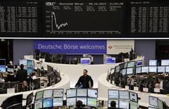 Трейдеры на торгах фондовой биржи во Франкфурте-на-Майне 9 октября 2012 года. Европейские рынки акций открылись снижением. REUTERS/Remote/Lizza David