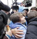 """Yekaterina Samutsevich, integrante da banda de punk rock """"Pussy Riot"""", caminha após sair de tribunal em Moscou. Uma integrante da banda punk russa Pussy Riot foi solta depois do julgamento de um recurso, nesta quarta-feira, porém o tribunal manteve as penas de prisão para as duas outras devido a um protesto contra o presidente Vladimir Putin dentro de uma catedral. 10/10/2012 REUTERS/Maxim Shemetov"""