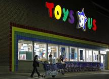 "Consumers leave a Toys R Us store with full shopping carts after shopping on the day dubbed ""Black Friday"" in Framingham, Massachusetts November 25, 2011. REUTERS/Adam Hunger"