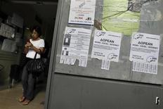 <p>Petites annonces devant un bureau pour l'emploi, en Grèce. Le taux de chômage en Grèce a augmenté en juillet pour le 35e mois consécutif, inscrivant un nouveau record historique à 25,1%, contre 24,8% (chiffre révisé) en juin. /Photo prise le 11 octobre 2012/REUTERS/Yorgos Karahalis</p>