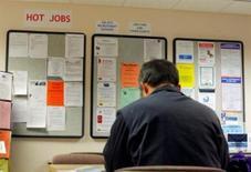 <p>Les inscriptions hebdomadaires au chômage ont, contre toute attente, très nettement reculé aux Etats-Unis lors de la semaine au 6 octobre, à 339.000, soit un plus bas depuis plus de quatre ans et demi, contre 369.000 (révisé) la semaine précédente. /Photo d'archives/REUTERS/</p>