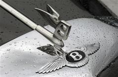 <p>Les projets de Bentley et Lamborghini de construire des 4x4 ultra-luxueux pourraient être gelés pour ménager les finances de leur maison mère Volkswagen, selon une source au sein de la société. /Photo prise le 26 août 2012/REUTERS/Arnd Wiegmann</p>