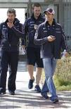 Piloto Pastor Maldonado, da Venezuela (D), caminha com equipe antes do Grande Prêmio da Coreia do Sul de F1, no circuito internacional de Yeongam. Maldonado quer permanecer na Williams na próxima temporada, apesar de ter sugerido no fim de semana passado que tem outras opções. 11/10/2012 REUTERS/Lee Jae-Won