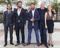 """Integrantes do elenco de """"Os Infratores"""" e o diretor John Hillcoat (2o à dir.) posam para fotógrafos no festival de Cannes. 19/05/012 REUTERS/Vincent Kessler"""
