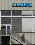 <p>Siemens confirme qu'il devra supprimer des emplois et réduire ses coûts de production pour faire face à la concurrence, après une année 2012 qui s'annonce plus mauvaise que prévu pour le groupe. /Photo prise le 20 septembre 2012/REUTERS/Arnd Wiegmann</p>