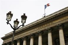 <p>Les principales Bourses européennes ont ouvert en baisse vendredi, reflétant une certaine inquiétude des investisseurs qui anticipent l'annonce de mauvais résultats d'entreprise. À Paris, le CAC 40 a ouvert en baisse de 0,5%, la Bourse de Francfort perdait 0,32% en début de séance et celle de Londres abandonnait 0,26%. /Photo d'archives/REUTERS/John Schults</p>