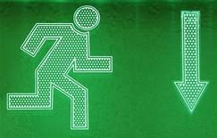 Указатель аварийного выхода в киевском офисе, 11 апреля 2012 года. Фонды, ориентированные на РФ, оказались единственными среди крупных развивающихся рынков, испытавшими отток денег за последнюю неделю, тогда как надежды на стимулирующие меры в Китае привлекли инвесторов в азиатские активы. REUTERS/Gleb Garanich