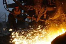 Рабочий выплавляет сталь на металлургическом комбинате в китайском городе Чанчжи, 9 февраля 2010 года. Горно-металлургическая группа Евраз временно остановила выплавку стали в Чехии из-за низкого спроса и ради оптимизации запасов стальной заготовки, сообщил в пятницу представитель компании. REUTERS/Stringer