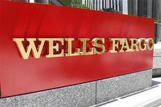 Логотип банка Wells Fargo в Лос-Анджелесе, 17 июля 2012 года. Четвертый по величине банк США Wells Fargo & Co в третьем квартале 2012 года увеличил чистую прибыль на 22 процента в годовом выражении благодаря росту ипотечного кредитования. REUTERS/Fred Prouser