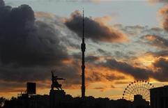 """Скульптура """"Рабочий и колхозница"""", Останкинская башня и колесо обозрения во время московского заката, 13 октября 2011 года. Выходные в Москве будут холодными и пасмурными, ожидают синоптики. REUTERS/Anton Golubev"""