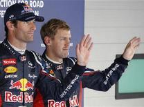 Piloto australino Mark Webber (E) acena ao lado do colega de equipe Sebastian Vettel, da Alemanha, após treino classificatório do Grande Prêmio da Coreia do Sul, em Yeongam. 13/10/2012 REUTERS/Lee Jae-Won