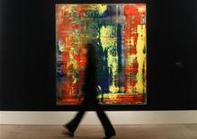 """Visitantes olham quadro """"Abstraktes Bild (809-4)"""", de Gerhard Richter, estimado entre 14 e 18 milhões de dólares na Sotheby's, em Londres. A obra estabeleceu um novo recorde de preço pago em um leilão pela obra de um artista vivo, após ser vendida por 34,2 milhões de dólares. 08/10/2012 REUTERS/Suzanne Plunkett"""